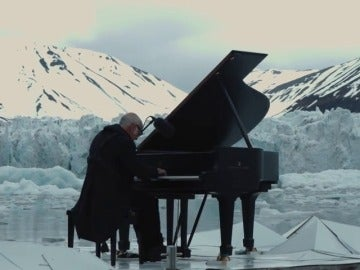 Frame 51.769289 de: Concierto de piano entre los hielos del Ártico