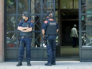 Dos Mossos d'Esquadra, en la entrada del Hotel Arrahona, de Sabadell
