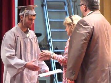 Scott Dunn recoge su diploma