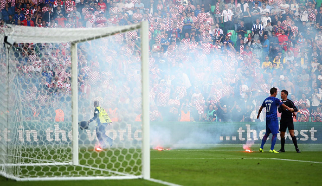 Ultras croatas lanzan begalas durante el República Checa - Croacia