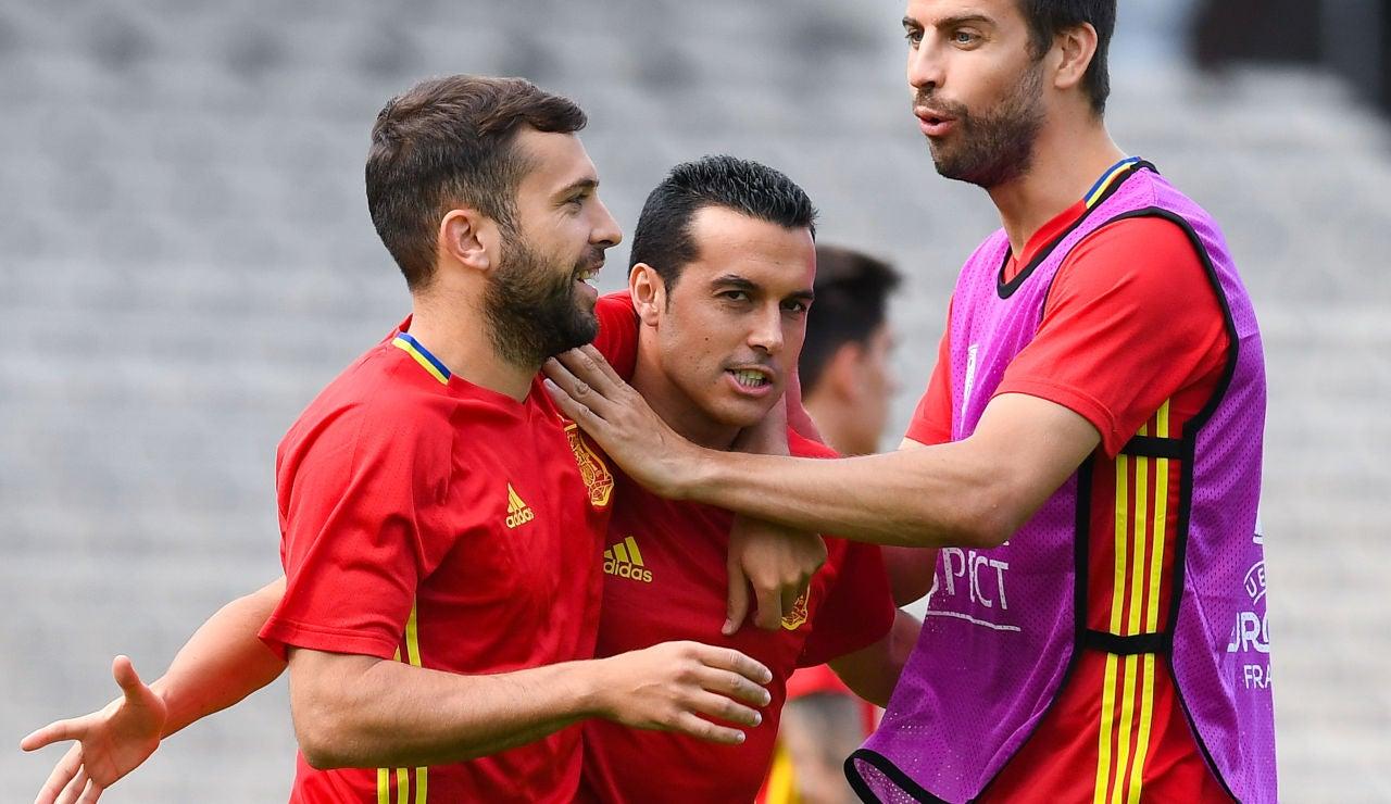 Pedro, junto a Piqué y Jordi Alba en un entrenamiento de la Selección
