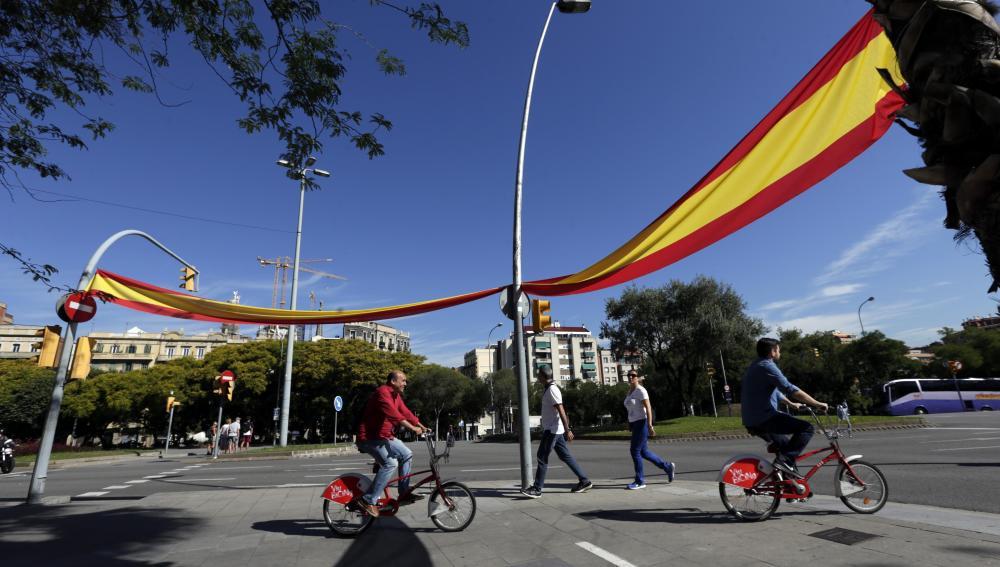 Aparecen grandes banderas españolas en monumentos y calles de Barcelona