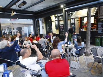 Seguidores de la selección española ven en un bar el partido entre España y Turquía