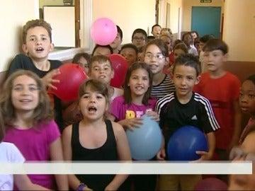 Un grupo de niños da la bienvenida a las vacaciones del colegio