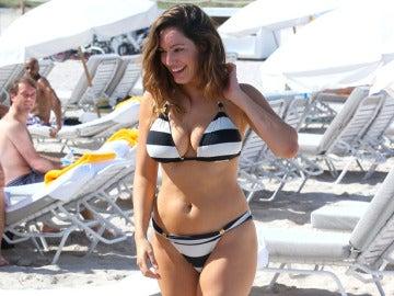 La modelo Kelly Brooks en la playa.
