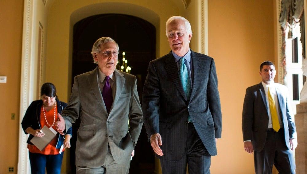 El líder de la mayoría republicana del Senado, Mitch McConnell  y el senador republicano de Texas, John Cornyn