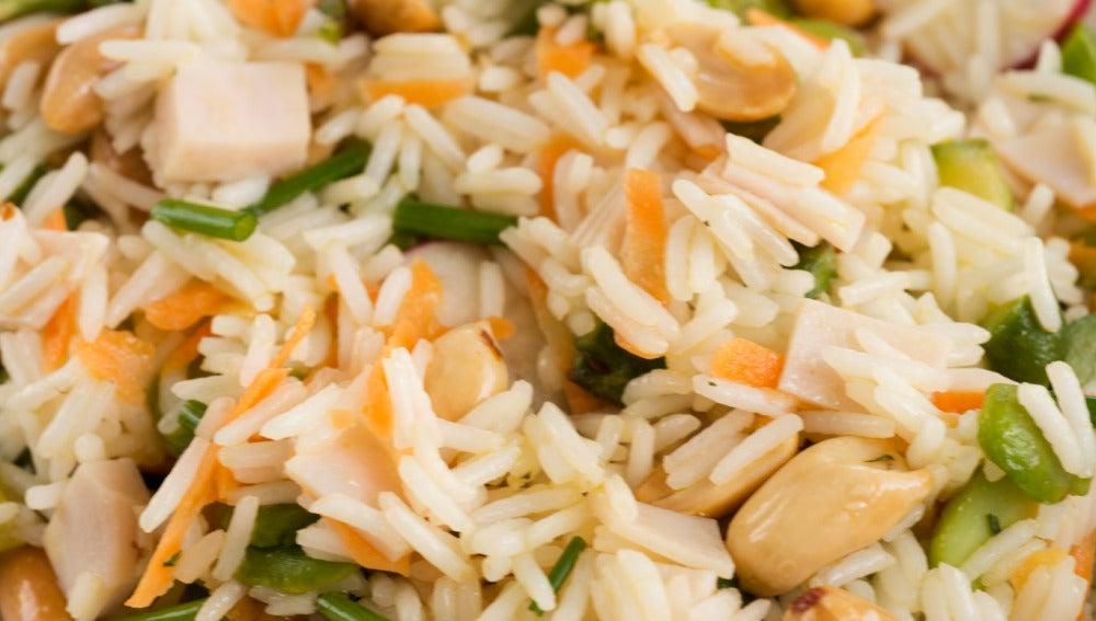 Ensalada de arroz con pavo y cacahuetes