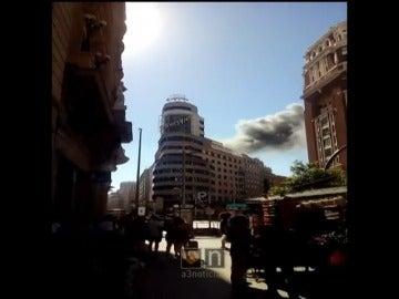 Frame 1.123228 de: Incendio en la azotea del emblemático edificio Capitol en plena Gran Vía de Madrid