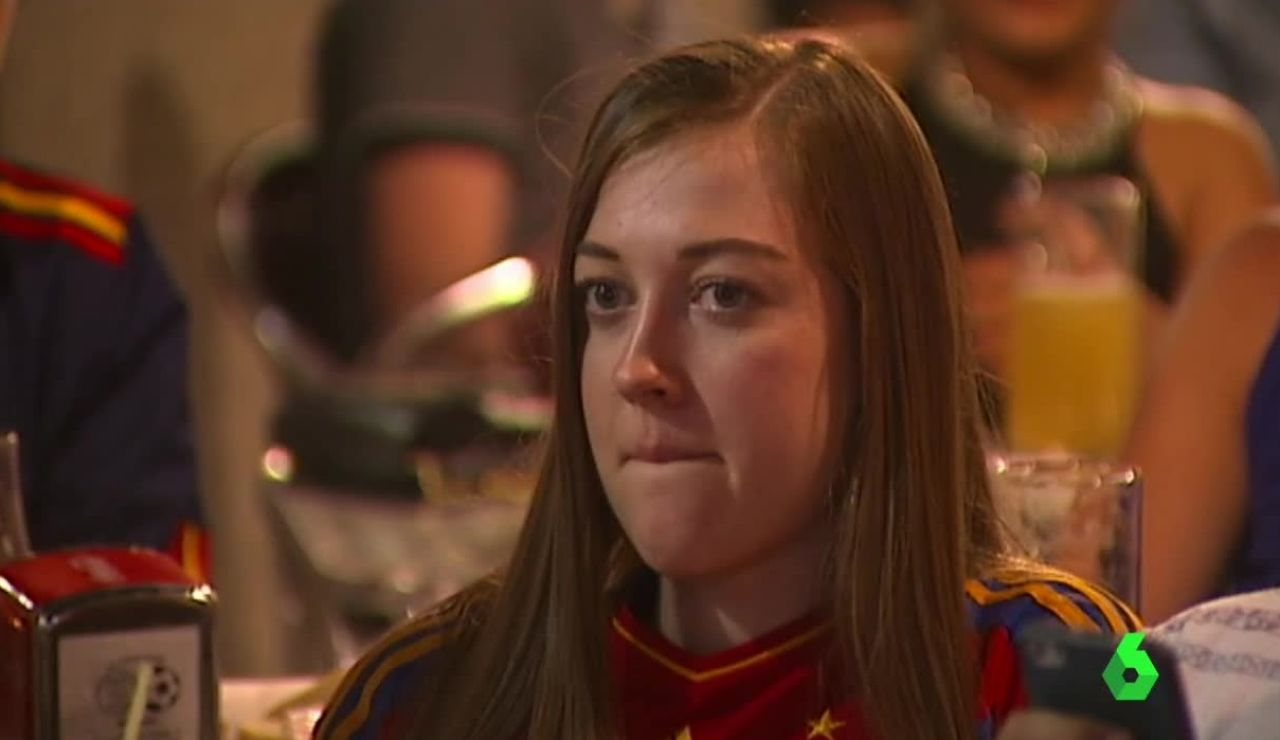 Una aficionada, abatida tras la derrota de España