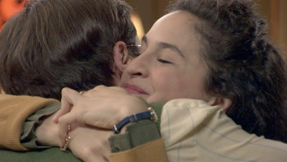 Mariano le pide a Carmen de rodillas que la perdone