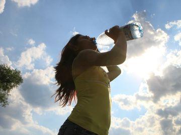 ¿Adelgaza beber 2 litros de agua al día?