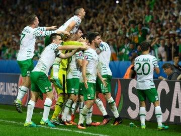 Los jugadores de Irlanda celebran el gol ante Italia