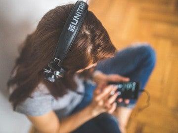 Una mujer escuchando música