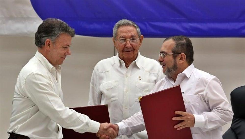 """El líder de las FARC en Cuba, Rodrigo Londoño alias """"Timochenko"""" y el presidente de Colombia, Juan Manuel Santos, junto al presidente de Cuba, Raúl Castro"""