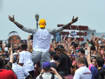 LeBron James alza los brazos en la celebración del título de los Cavaliers