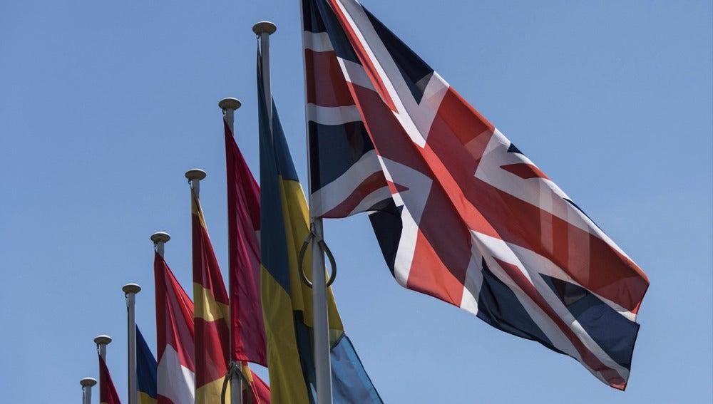 Una bandera británica al lado del resto de banderas de los países miembros de la UE