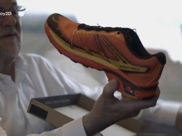 Frame 62.869201 de: La curiosa reacción de Mariano Rajoy al recibir un regalo de color naranja