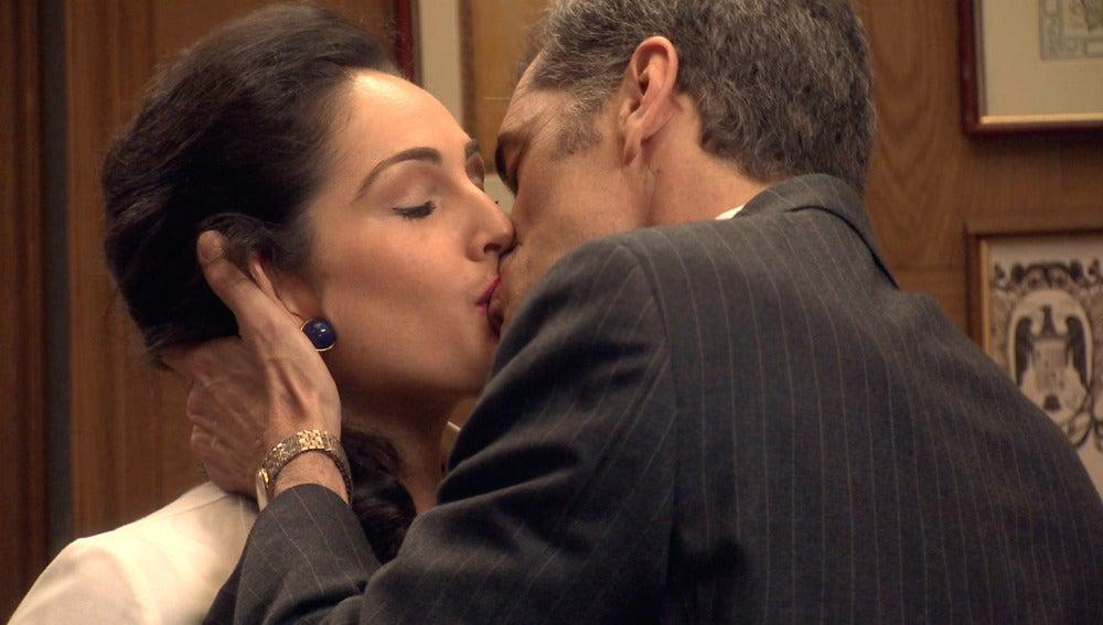 Martos intenta poner celosa a Adelan besando a Aitana
