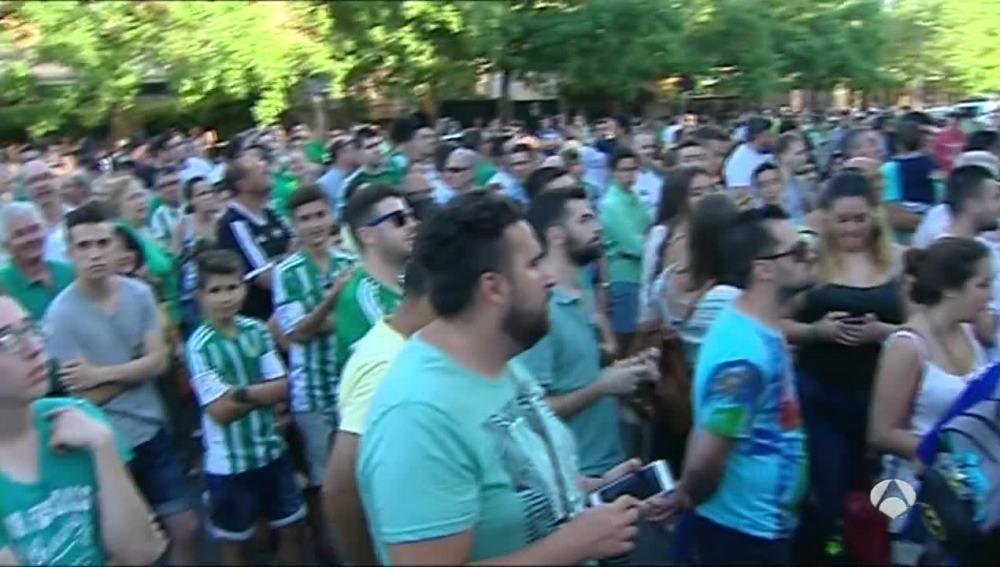 Los aficionados del Betis despiden con honores la grada Gol Sur del Villamarín