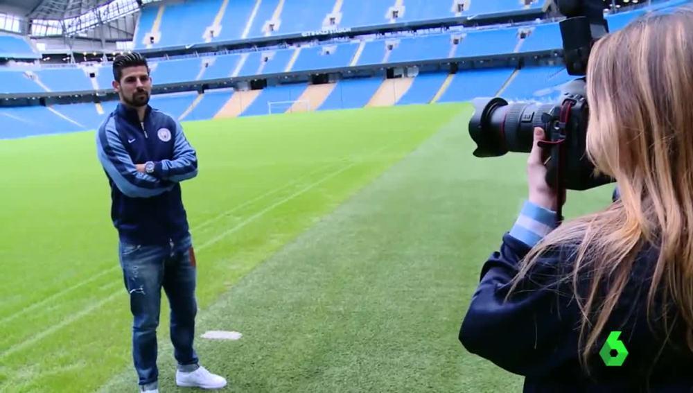 Nolito posando con el chándal del Manchester City