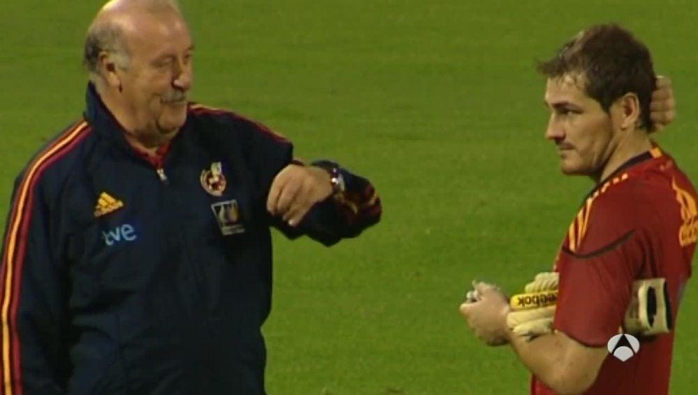 Vicente del Bosque dialoga con Iker Casillas durante un entrenamiento