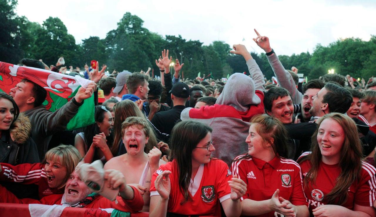 La afición de Gales celebra el pase a la semifinal de la Eurocopa
