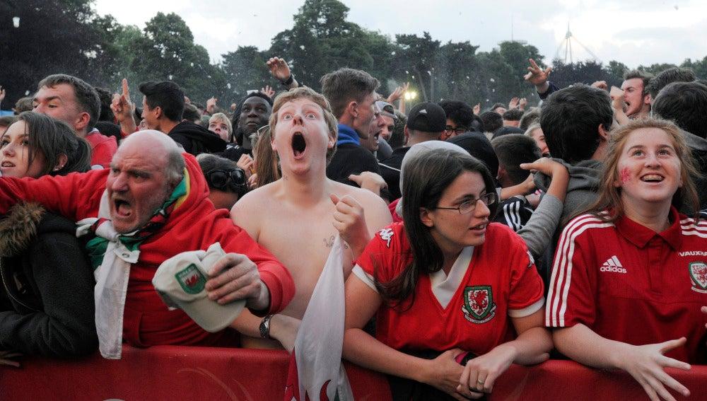 Los aficionados de Gales celebran la victoria ante Bélgica
