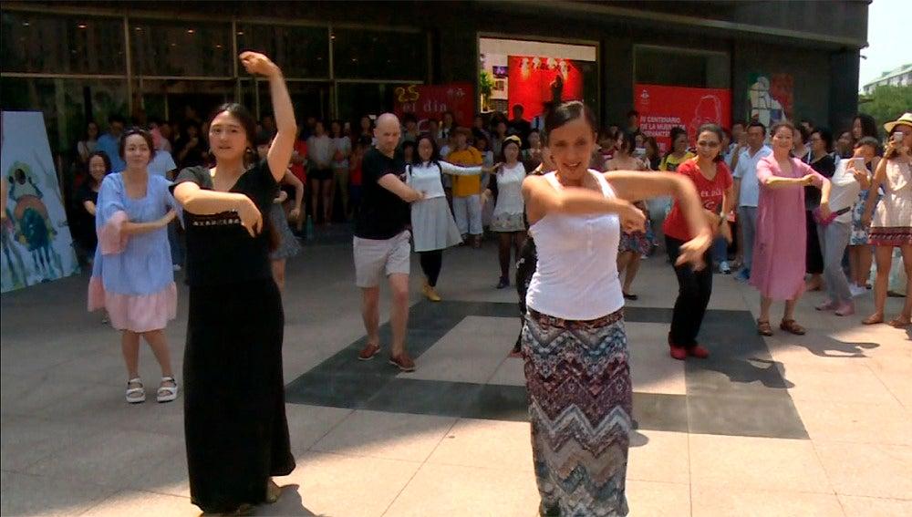 Un grupo de chinos aprenden sevillanas