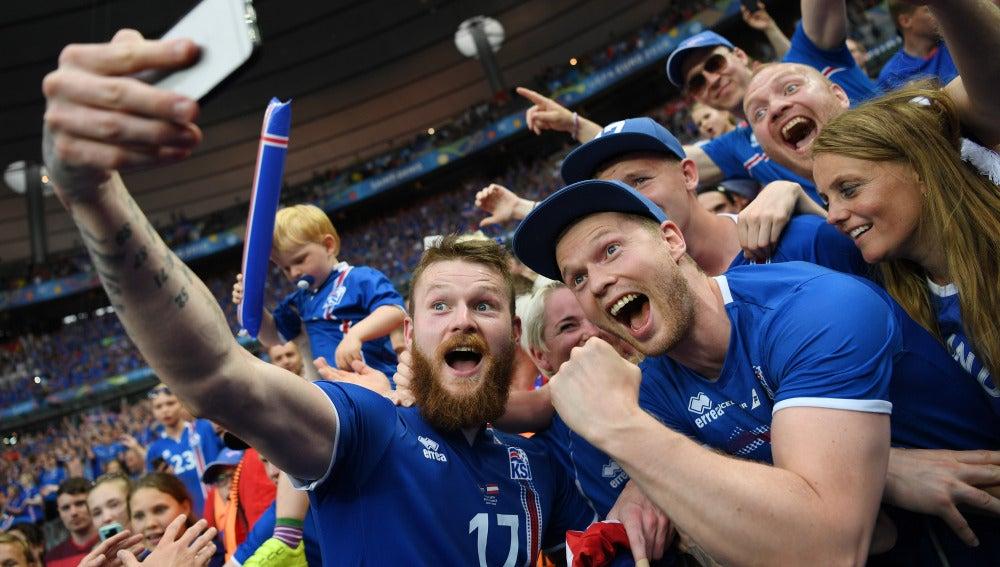 Gunnarson se hace un selfie con los aficionados islandeses