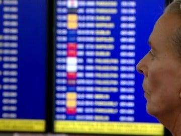 Frame 21.558744 de: Cómo actuar si nuestro vuelo se cancela o se retrasa
