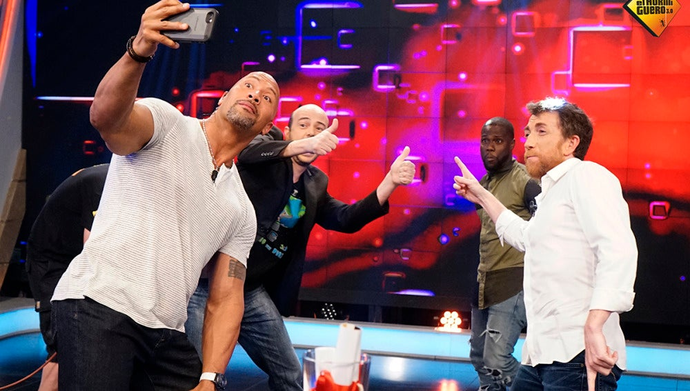 Jandro hace su test infalible a Dwayne Johnson y Kevin Hart