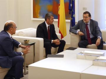 Rajoy charla con los dirigentes canarios Barragán y Clavijo.