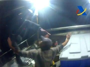Frame 5.974217 de: Interceptado por mar y aire un alijo de 2.500 kilos de droga en el Estrecho