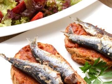 Tosta de sardinas con ensalada de lollo y fresas