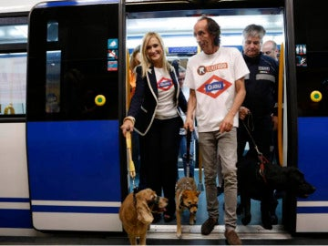 Cristina Cifuentes con perros en el metro