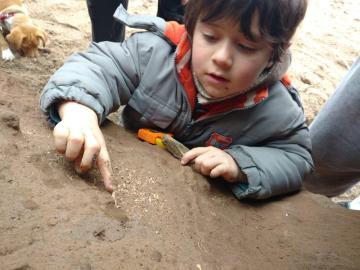 El pequeño posa con uno de los fósiles.