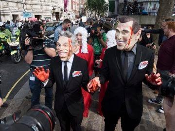 Manifestante caracterizados como Tony Blair y George W. Bush