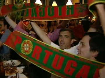 Aficionados portugueses celebran el gol de Cristiano Ronaldo