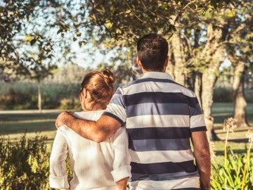 Una pareja pasea por la naturaleza.