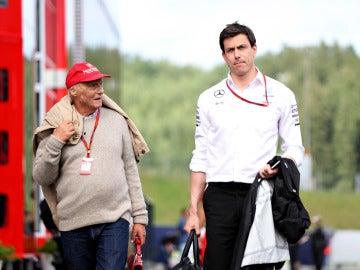 Toto Wolff camina por el paddock del GP de Austria junto a  Niki Lauda