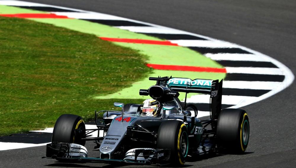 El Mercedes de Hamilton, en Silverstone
