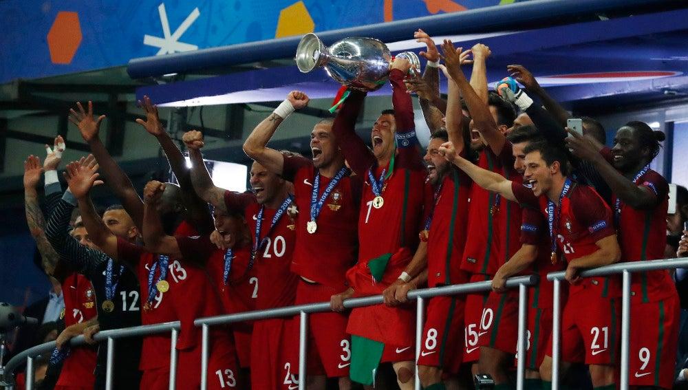 Cristiano levanta el trofeo de la Eurocopa en Saint-Denis