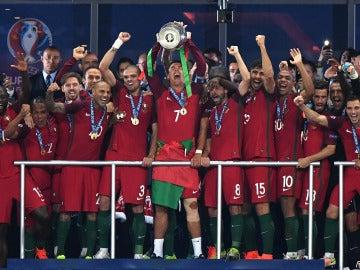 Cristiano alzando la Eurocopa junto a su compañeros de Portugal
