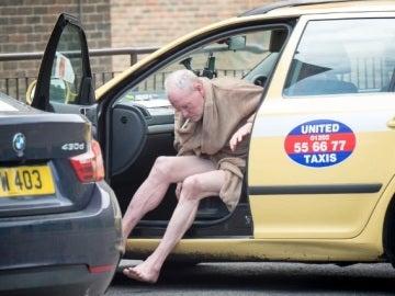 Paul Gascoigne se baja de un taxi con sólo una bata