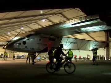 Frame 8.696476 de: El Solar Impulse II deja Sevilla para poner rumbo a El Cairo