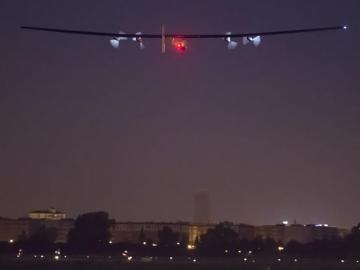 El Solar Impulse II despega de Sevilla con rumbo a El Cairo.