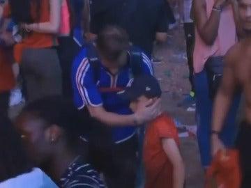 Niño portugués consuela a un aficionado francés