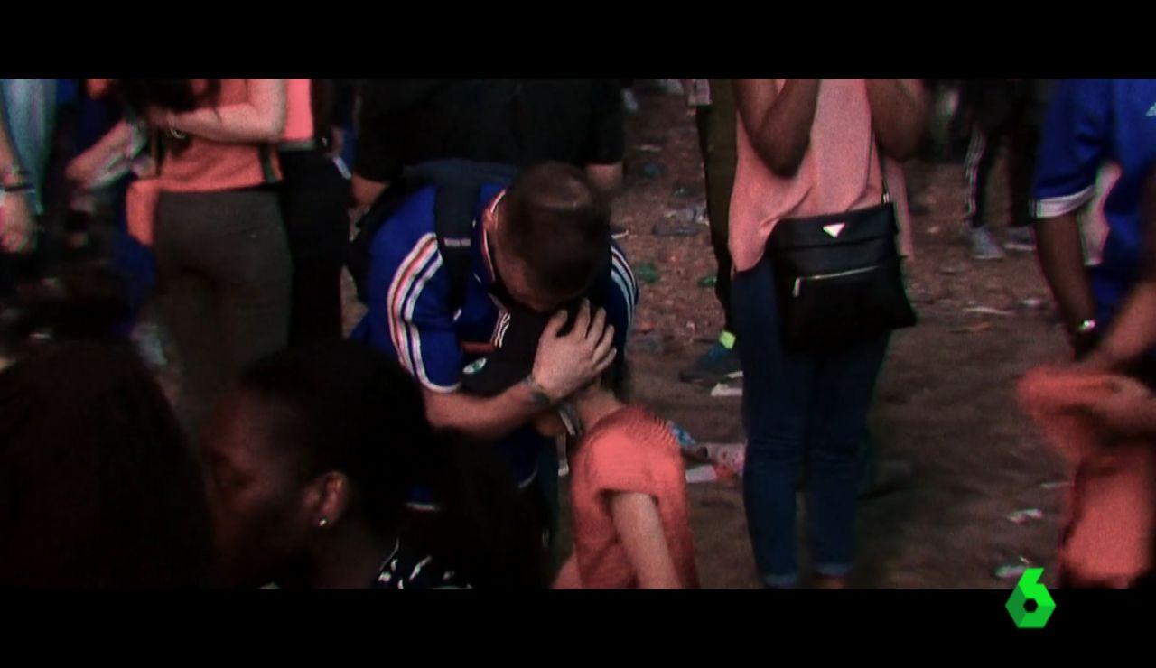 Un niño portugués consuela a un aficionado francés tras la final de la Eurocopa