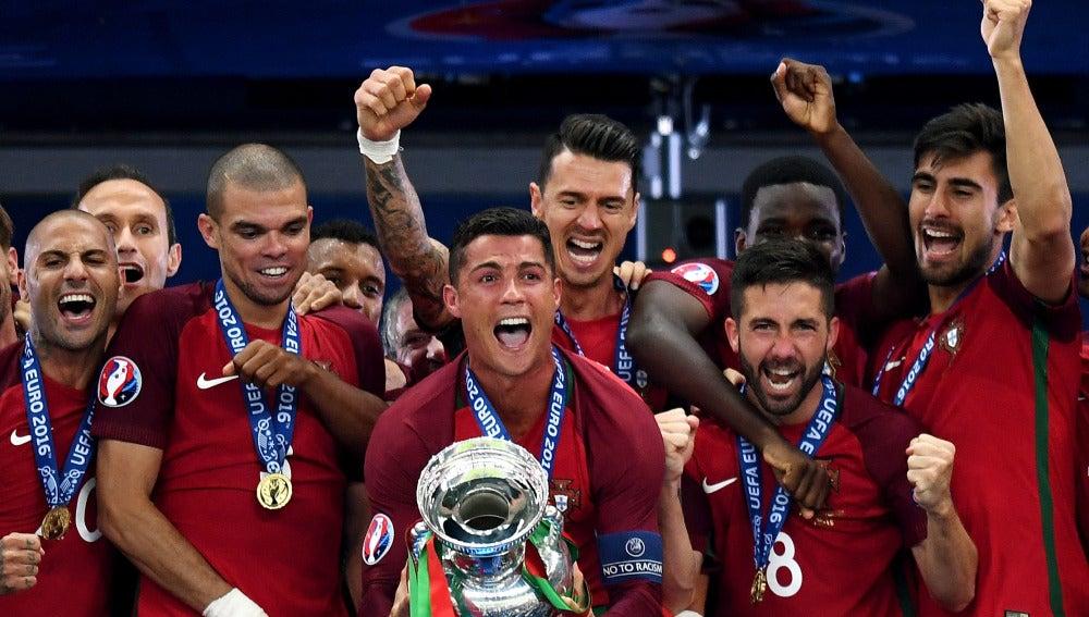 Cristiano Ronaldo alza el título al cielo de Saint-Denis