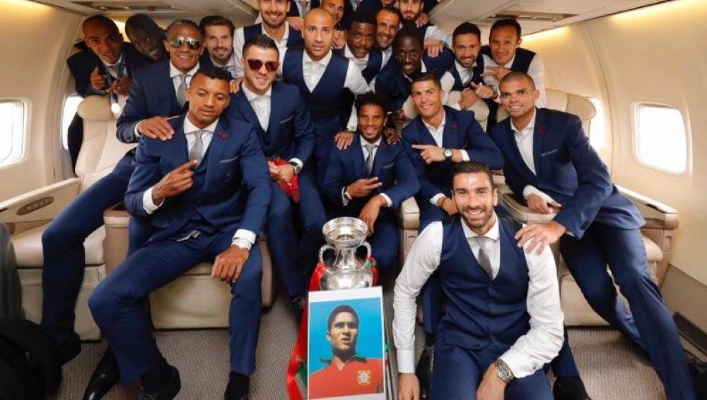 Los campeones posan con la Copa y una fotografía de Eusebio